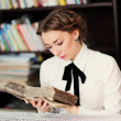 A young woman in the library — Stock Photo