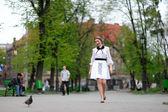 Chica feliz corriendo en el parque — Foto de Stock