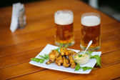 Birra con pasto sul tavolo — Foto Stock