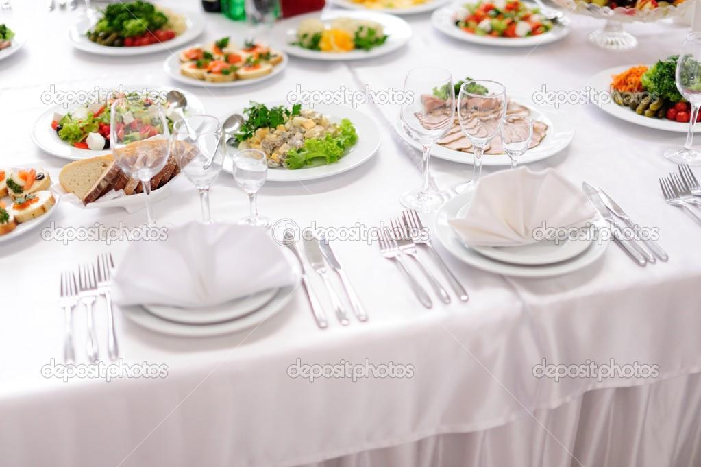 service set de table avec couverts et verre verres pied au restaurant avant de parti. Black Bedroom Furniture Sets. Home Design Ideas