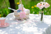 Bouquet of roses and  cup on the table in the garden — Foto Stock