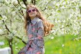 Petite jolie fille dans le jardin vert — Photo