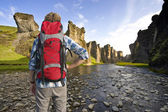 Wandelaar in canyon — Stockfoto