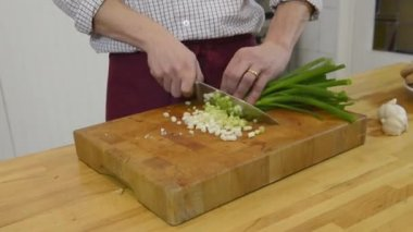 Cutting spring onions — Stock Video