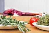 Grönsaker och kött på köksbänken — Stockfoto