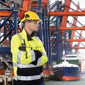 Sert görünümlü liman işçisi — Stok fotoğraf