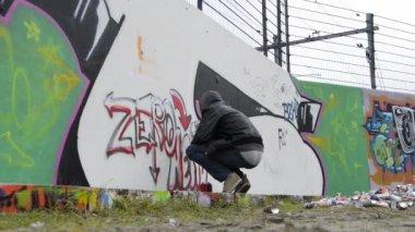 Running graffiti artist — Stock Video