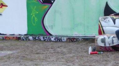 Graffiti Wall and artist — Stock Video