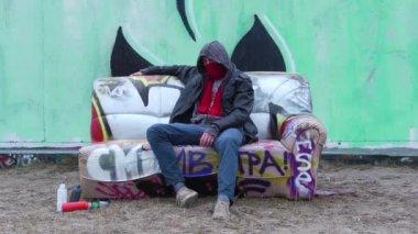 Graffiti konstnär på soffan — Stockvideo