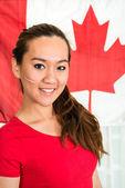 Sportiva in piedi contro la bandiera canadese — Foto Stock
