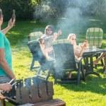 vrienden genieten van barbecue in de tuin — Stockfoto