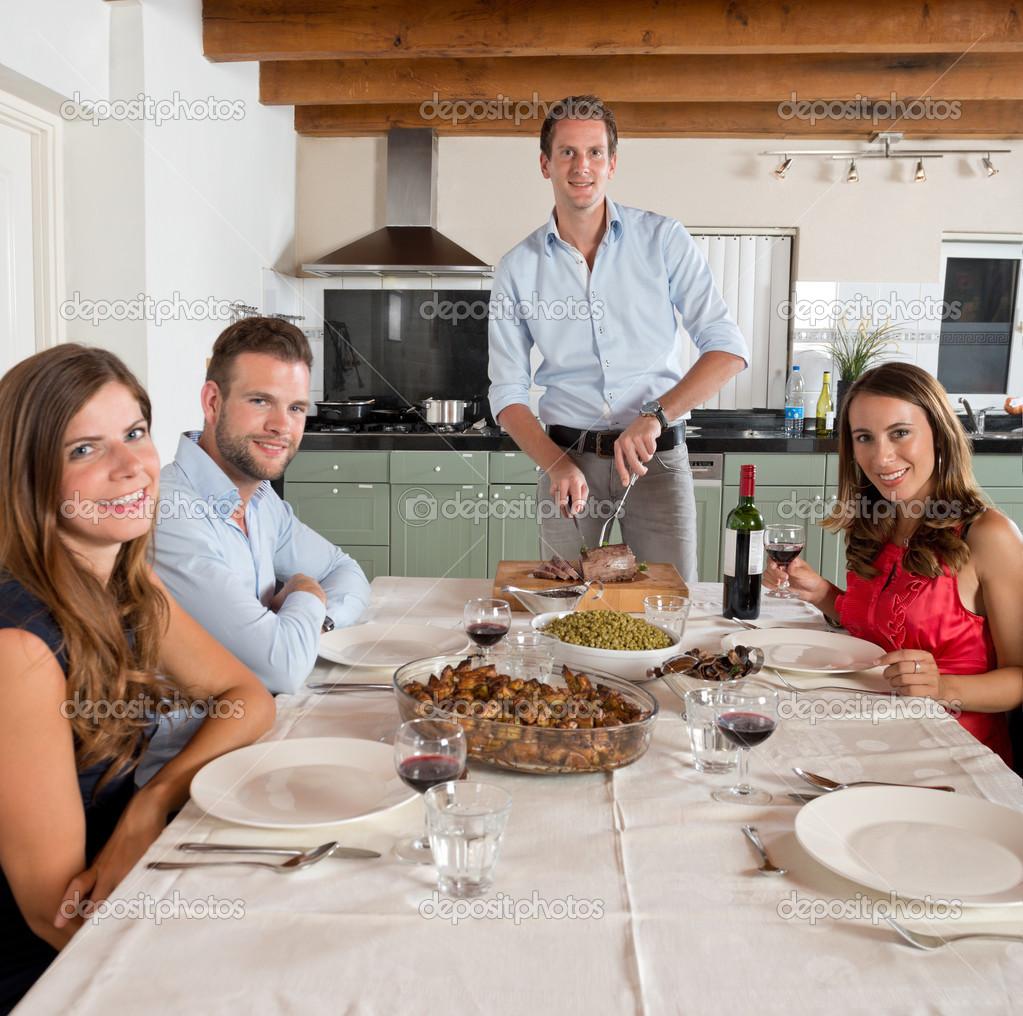 Amigos disfrutando de una cena en casa foto de stock - Menu cena amigos en casa ...