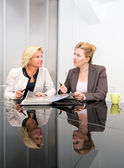 Senior business vrouwen vergadering — Stockfoto