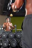 Spiegel reflectie van twee mannen in gym uitoefening — Stockfoto