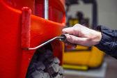 Mecánico poniendo capa de pintura fresca — Foto de Stock