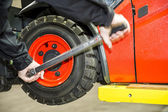 Worker is changing tyres — Stock Photo