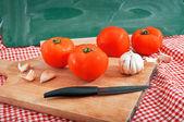 Röd tomat och vitlök — Stockfoto