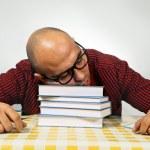 student slapen op boeken — Stockfoto