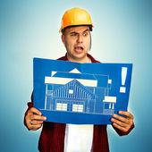 Stavební dělník s modrotisk — Stock fotografie