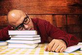 Estudante a dormir sobre os livros — Fotografia Stock