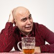 Man drinks beer — 图库照片