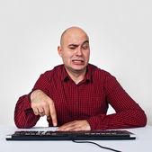 Hombre con computadora keybaord — Foto de Stock