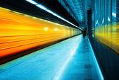 Pociąg metra na stacji — Zdjęcie stockowe