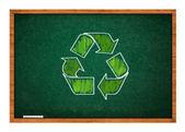Símbolo de reciclaje en pizarra verde — Foto de Stock