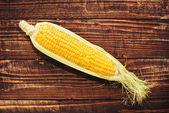 Espiga de milho no fundo de madeira — Foto Stock