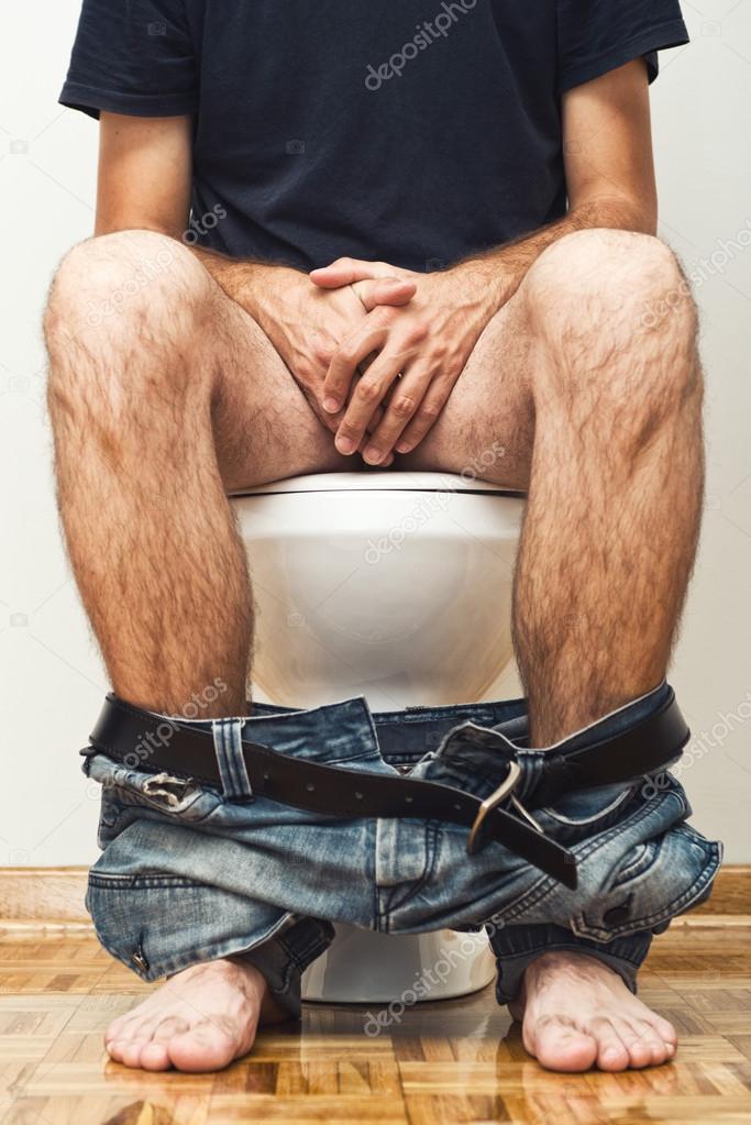 Hombre orinar en el inodoro