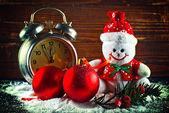 Julgranskulor och ull snögubbe — Stockfoto