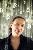 Cobusinesswoman verzamelen bitcoins — Stockfoto