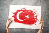 Flaga turcji. mężczyzna trzyma sztandar z turecką flagą. — Zdjęcie stockowe