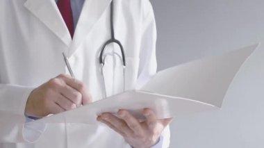 男性医師は立っている間 rx 処方を書いています。医療専門の執筆. — ストックビデオ