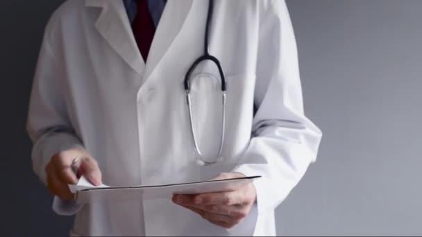 Médecin de sexe masculin est écrit prescription rx en position debout. rédaction professionnelle de la santé. — Vidéo