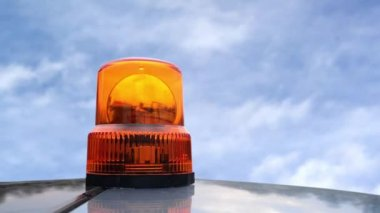 Flashing beacon. Orange flashing and rotating light on top of a support and services vehicle. — Vidéo