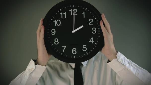 Perdre du temps. homme d'affaires avec l'horloge en face de sa tête avec pas assez de temps pour terminer le travail. — Vidéo