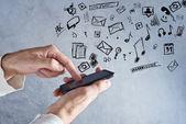 Dotyková obrazovka mobilní chytrý telefon v mužských rukou — Stock fotografie