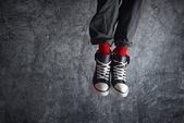 Enthousiast man in sneakers springen — Stockfoto