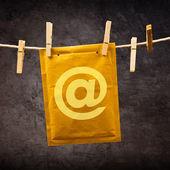 Mail envelop met aap ondertekenen op kleren touw — Stockfoto