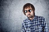 Homme mal rasé avec lunettes de soleil — Photo