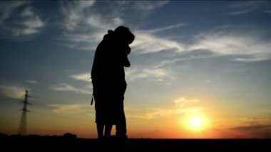 Lovers on a date in sunset, hugging and kissing. Romantic love scene, 1920x 1080 full hd footage. — Stock Video