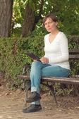 Femme à l'aide d'ordinateur tablette numérique — Photo