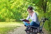Livre de lecture de femme dans le parc — Photo