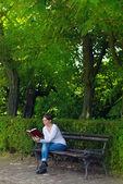 Vrouw lezing boek in het park — Stockfoto