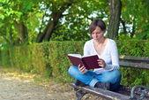 книга чтения женщина в парке — Стоковое фото