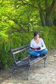 žena čtení knih v parku — Stock fotografie