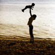 Mother and baby at beach — Stock fotografie