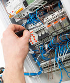 Hand der elektriker — Stockfoto