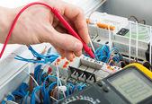 Mão de um eletricista — Foto Stock